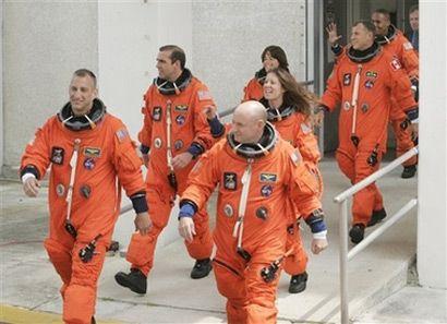 Экипаж шаттла Эндевор: командир Скотт Келли, пилот Чарльз Хобо, специалисты Ричард Мастраччо, Трейси Колдуэлл, Барбара Морган, Дэвид Вильямс, Элвин Дрю.