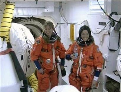 Астронавты-специалисты Трейси Колдвелл и Барбара Морган перед входом в космический корабль (NASA TV/Reuters)
