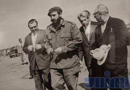 Фидель Кастро во время визита в Киев в мае 1963 г. Слево - председатель Совета Министров Украинской ССР Владимир Щербицкий, справа - секретарь ЦК КПСС Николай Подгорный.