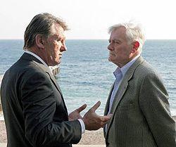 Виктор Ющенко  разговаривает с Валдасом Адамкусом во время встречи на государственной даче «Заря» в Форосе (Крым). 13 августа