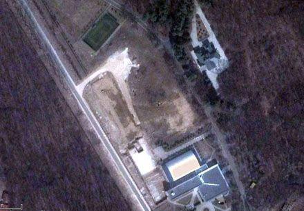 На снимке со спутника видно это же здание и спорткомплекс