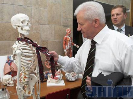 """Все-таки галстук... Экс-спикер привычно смотрит на этикетку: """"Hugo Boss"""" или Бриони?"""