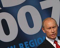 Владимир Путин во время открытия VIII Международного авиационно-космического салона МАКС-2007 в Жуковском (Московская обл., Россия). 21 августа