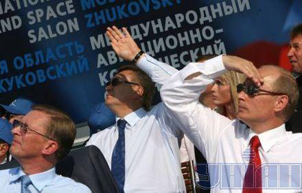 Троица высокопоставленных чиновников - Иванов, Янукович, Путин (слева направо) - внимательно наблюдала за показательными полетами