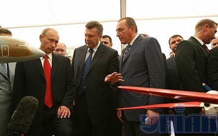 """Во время осмотра украинской экспозиции произошел забавный случай. Оператор Януковича зацепился рубашкой за одну из моделей самолетов. Его спас лично Путин. Со словами «осторожно, осторожно, не порвите рубашку» собственноручно освободил """"жертву"""" отечественного самолетостроения"""