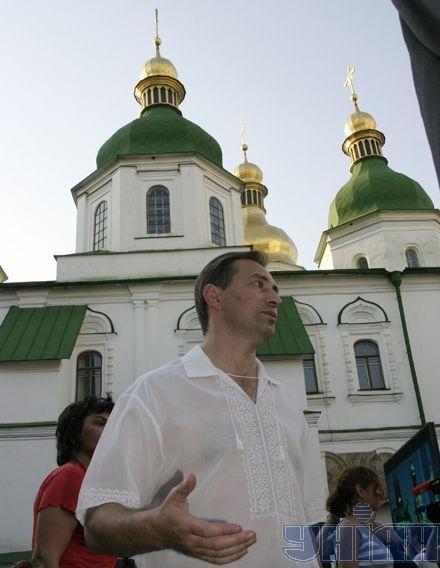 """Инициатор """"Семи чудес"""" Николай Томенко на фоне одного из чудес – Софии Киевской"""