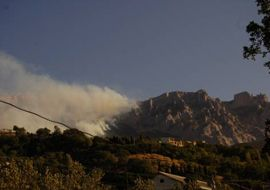 Дым от лесного пожара на горе Ай-Петри, возле Алупки
