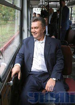 Віктор Янукович сидить у вагоні міського тролейбуса. Керч, 16 вересня
