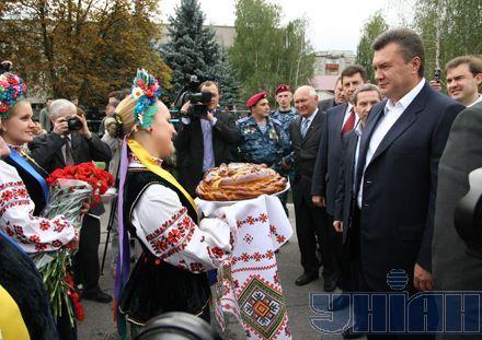 Януковича у Харкові зустрічали традиційним хлібом-сіллю і оберемком квітів. Квіти прем`єрові стали в нагоді. Потім...