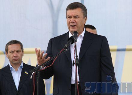 """Промова прем`єра за рамки традицій не вийшла. Не допустимо! (тобто, фальсифікацій) Сили вистачить! (тобто, для перемоги) Вихід тільки один - широка коаліція! (Якщо по той бік барикад Янукович зуміє знайти """"нормальних людей"""")"""