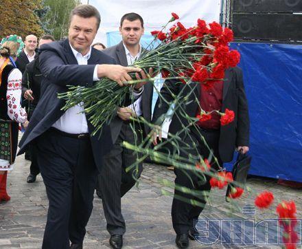 А потім почалася новація. Янукович відчув себе зіркою шоу-бізнесу, і пішов закидати поклонників дарованими квітами