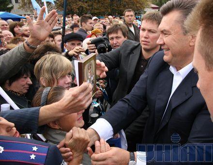 Янукович традиційно тиснув руки натовпу