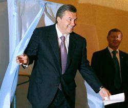 Премьер-министр Украины, лидер Партии регионов Виктор Янукович выходит с избирательным бюллетенем из кабины для голосования, 30 сентября 2007 г.