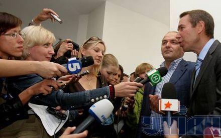 Виктор Пинчук общается с журналистами