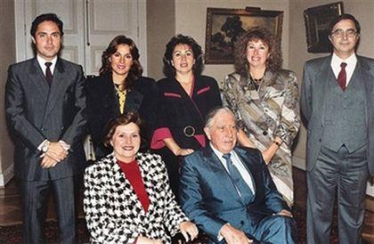 Аугусто Пиночет с женой Люсией Ириарт; стоят их дети Марко Антонио, Жаклин, Вероника, Люсия, Августо. Фото AP