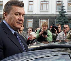 Виктор Янукович садится в автомобиль после встречи в Секретариате Президента. Киев, 8 октября