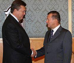 Виктор Янукович и Виктор Зубков здороваются во время рабочей встречи. Москва, 9 октября