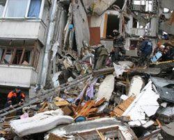 За даними глави МНС Нестора Шуфрича завали на місці будинку, знищеного вибухом газу, розбиратимуть уручну до ранку понеділка. Дніпропетровськ, 13 жовтня