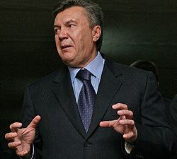 Виктор Янукович дает интервью журналистам в школе №76. Днепропетровск, 13 октября