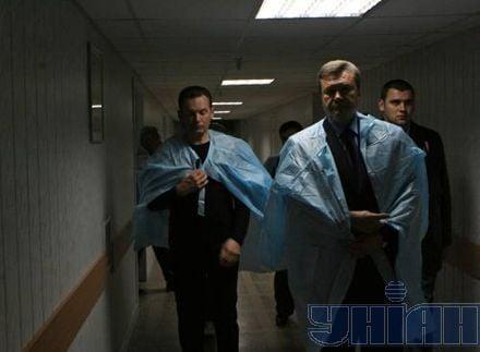Премьер-министр Виктор Янукович посетил областную клиническую больницу им. Мечникова, куда свозят потерпевших