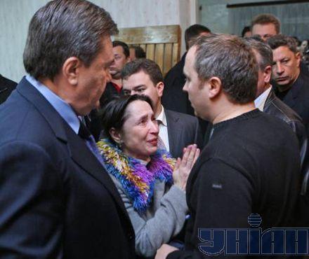 И вместе с главой МЧС Нестором Шуфричем встретился с людьми, которые остались без крова в результате взрыва