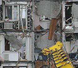 Спасатели разбирают руины дома, разрушенного в результате взрыва бытового газа. Днепропетровск, 15 октября