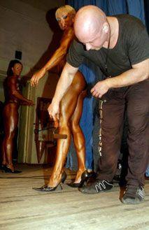 Гример працює над тілом учасниці перед виступом