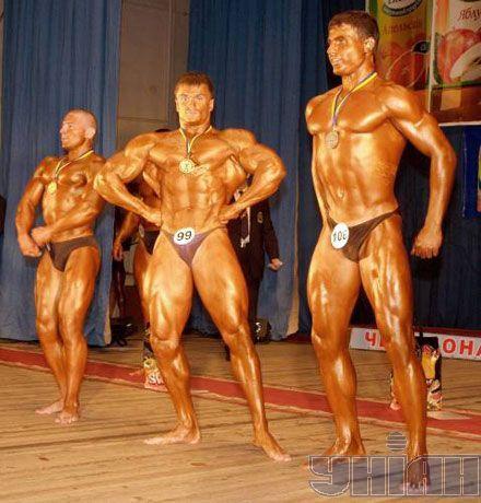 """У центрі - Роман Гаврищук, який посів перше місце в категорії """"Юніори + 80 кг"""""""