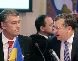 Анатолий Гриценко и Виктор Ющенко на заседании Совета министров обороны стран Юго-Восточной Европы в Киеве в понедельник, 22 октября