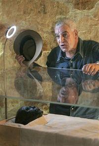 Руководитеь работ, египетский археолог Захи Хавасс