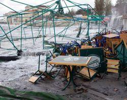 Каркаси для літнього накриття, столи та стільці на набережній розкидані й зламані внаслідок негоди у Севастополі. 11 листопада