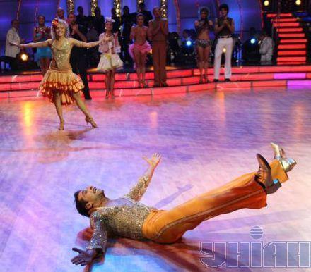 """Максим Неліпа і Олена Шоптенко танцюють під час прямого ефіру телепроекту """"Танці з зірками-3"""" у суботу, 10 листопада"""