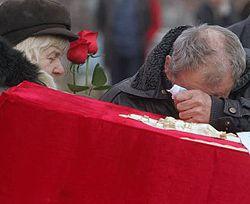 Родственники оплакивают шахтера, погибшего на шахте им. Засядько. Донецк, 20 ноября
