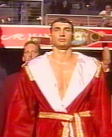 """Той самий"" халат іде з боксером на ринг"
