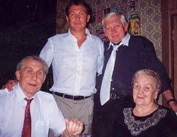 """Олег Блохін з батьками і братом. Фто з сайту """"Сегодня"""""""