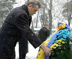 Виктор Ющенко принимает участие в возложении цветов к памятному знаку «Воинам Чернобыля» и Мемориального кургана «Героям Чернобыля». Киев, 14 декабря