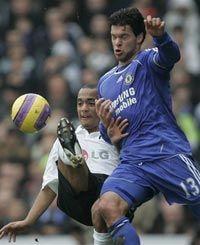 Елліот Омоцусі бореться за м`яч з Міхаелем Баллаком. Фото АР