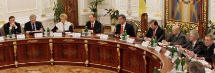 Вот так они сидели на заседании СНБО. Слева через 3 кресла от Ющенко - Луценко. Справа, тоже через 3 кресла - Черновецкий.