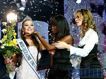 Елеонора Масалаб, Наомі Кемпбелл та Олександра Ніколаєнко під час церемонії нагородження  конкурсу «Міс Україна Всесвіт-2008»