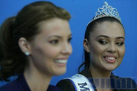 Олександра Ніколаєнко та переможниця конкурсу «Міс Україна Всесвіт-2008» Елеонора Масалаб