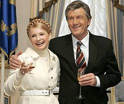 Віктор Ющенко приймає вітання з днем народження від Юлії Тимошенко. Київ, 25 лютого