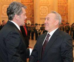 Президент Украины Виктор Ющенко и Президент Республики Казахстан Нурсултан Назарбаев здороваются во время встречи. Астана, 5 марта