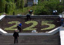 Работницы службы озеленения города сажают цветы во время репетиции парада, посвященного 225-летию ЧФ РФ, в акватории Севастопольской бухты