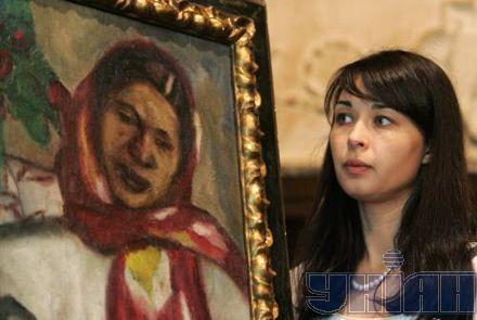 Журналисты рассматривают картины представленные на выставке топ-лотов из коллекции аукциона Sotheby's российского искусства