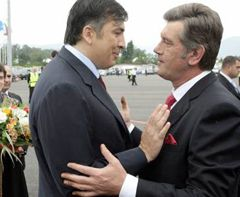 Victor Yushchenko and Mikheil Saakashvili shaking hands in the airport of Batumi. July 1