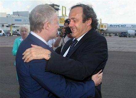 Президент Федерации футбола Украины Игорь Суркис приветствует президента УЕФА Мишеля Платини в киевском аэропорту