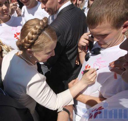 Юлия Тимошенко раздает автографы