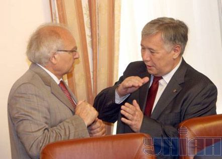 Министр обороны Юрий Ехануров и министр образования и науки Иван Вакарчук