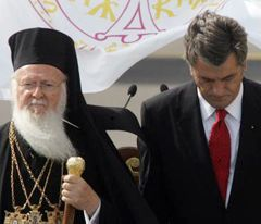 Ecumenical Patriarchy Bartholomew I and President of Ukraine Victor Yushchenko during the meeting in Boryspil airport. Kyiv, July 25