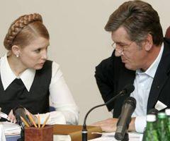 Виктор Ющенко и Юлия Тимошенко общаются во время совещания оперативного штаба в Ивано-Франковске. 27 июля